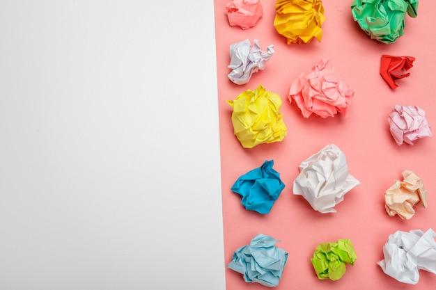 Bolas de papel amassado coloridas Foto Premium