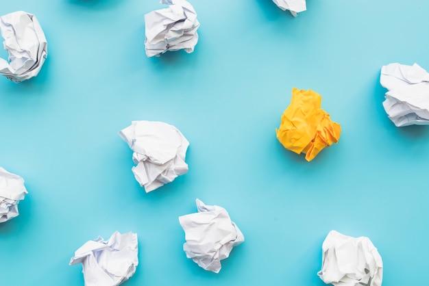 Bolas de papel amassado Foto Premium