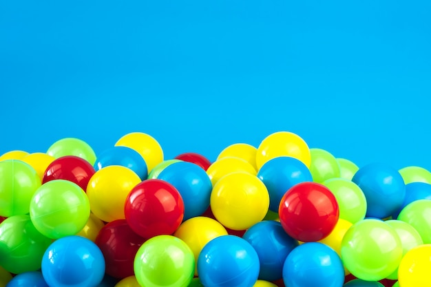 Bolas de plástico coloridas na piscina da sala de jogos Foto Premium