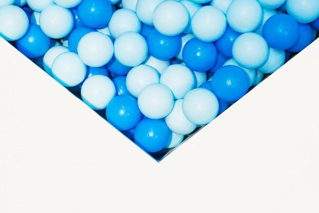Bolas de plástico pouco azuis na piscina de crianças Foto Premium