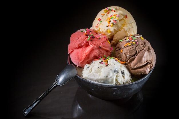 Bolas de sorvete, gelado em copo, sorvete misto em copo de sorvete Foto Premium