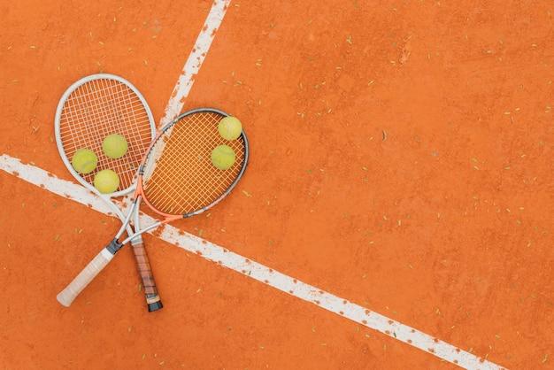 Bolas de tênis com duas raquetes Foto gratuita