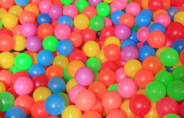 Bolas plásticas coloridas no campo de jogos das crianças. Foto Premium