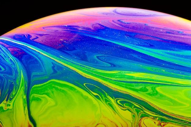 Bolha de sabão iridescente abstrata em fundo preto Foto gratuita