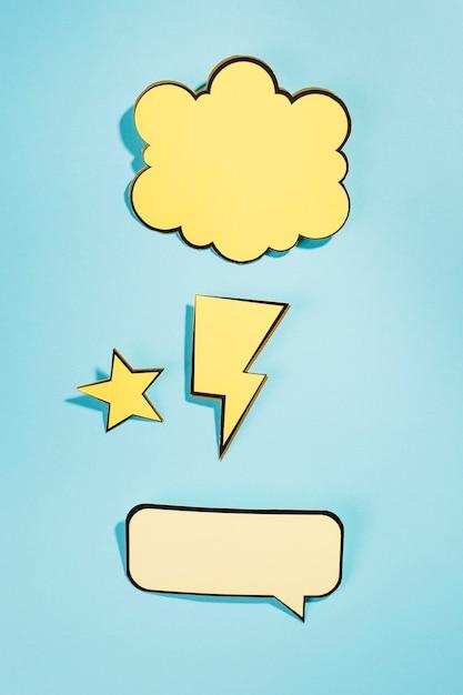 Bolha do discurso dinâmico dos desenhos animados no pano de fundo azul Foto gratuita