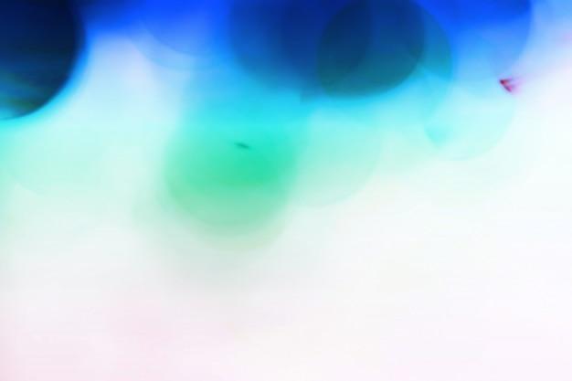 Bolhas borradas azuis, esfera de vidro no sumário com colorido no isolado Foto Premium
