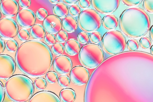 Bolhas brilhantes e gotas vibrantes Foto gratuita