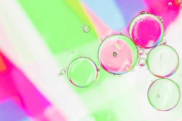 Bolhas de contraste na superfície colorida Foto gratuita