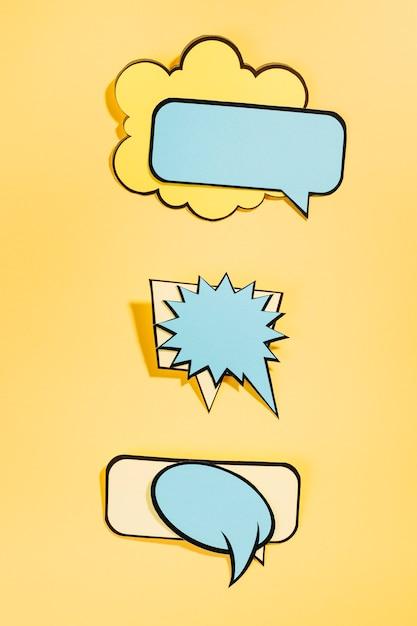 Bolhas do discurso em quadrinhos vazio em fundo amarelo Foto gratuita