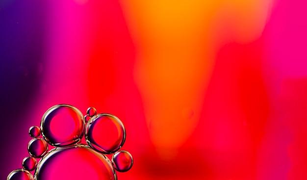 Bolhas oleosas transparentes na cópia vibrante espaço aguado fundo Foto gratuita