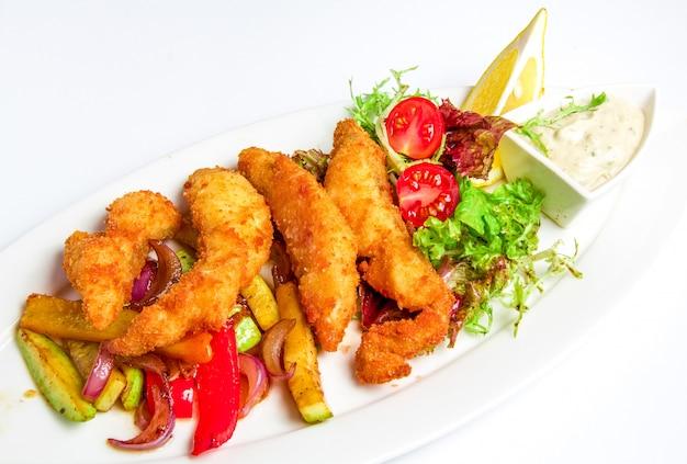 Bolinho de camarão no prato Foto gratuita