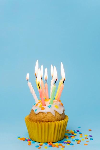 Bolinho de vista frontal com velas acesas e espaço de cópia Foto gratuita