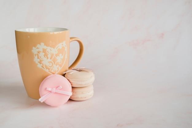 Bolinho de xícara e macaroons Foto gratuita