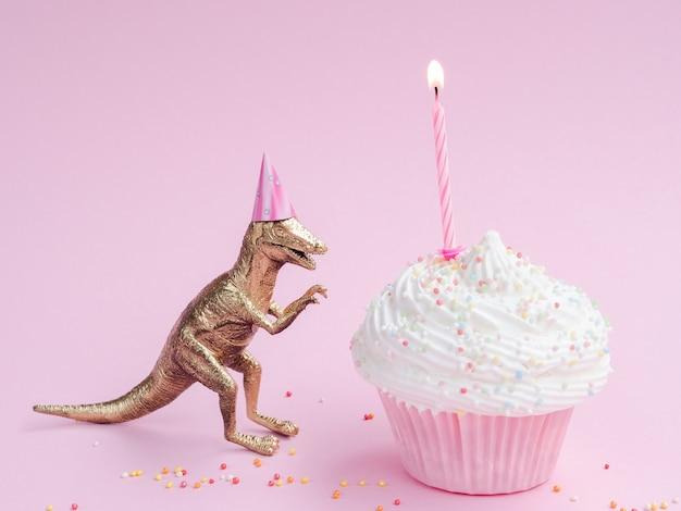 Bolinho e dinossauro delicioso aniversário Foto gratuita