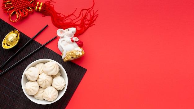 Bolinhos de ano novo chinês com estatueta de rato Foto gratuita