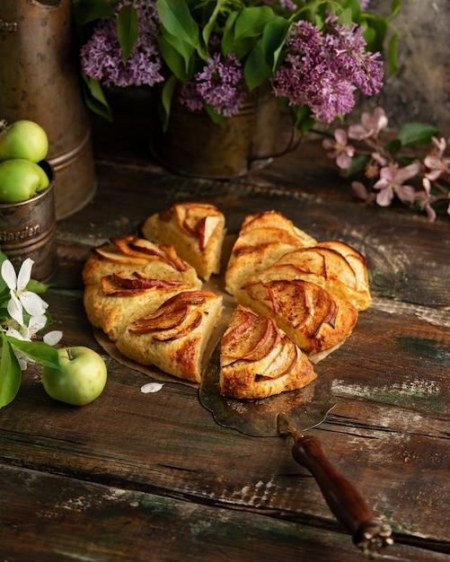 Bolinhos de canela de maçã caseira com flores lilás e apple ramos de florescência Foto Premium