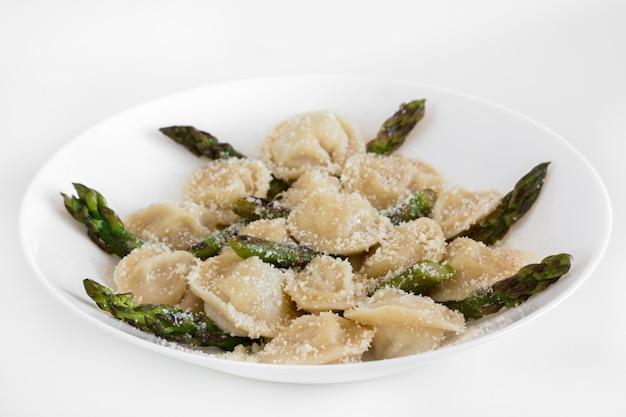 Bolinhos de carne com parmigiano e aspargos na chapa branca. Foto Premium
