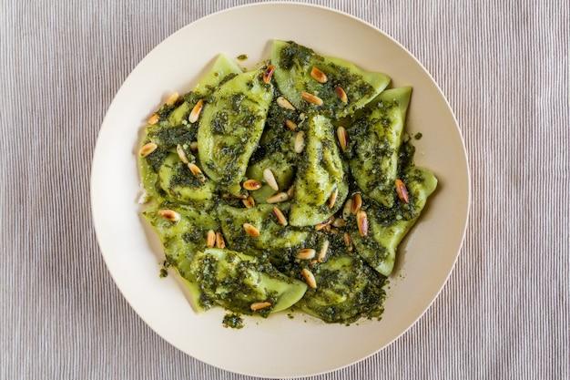 Bolinhos de legumes com molho pesto e pinhões torrados Foto Premium