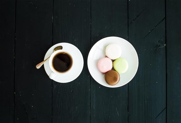 Bolinhos de macaron e xícara de café expresso Foto Premium