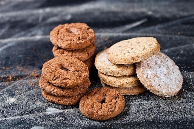 Bolinhos de microplaqueta de chocolate e aveia com pilhas de açúcar em pó Foto Premium