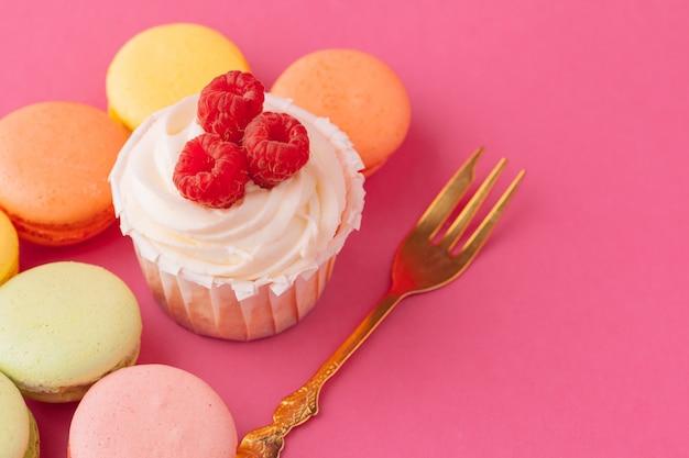 Bolinhos doces saborosos na luz - rosa Foto Premium