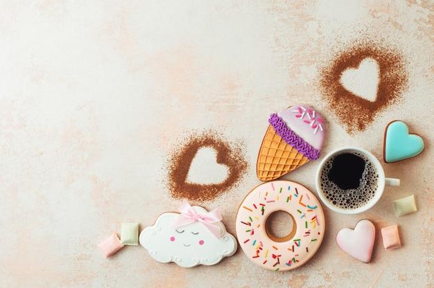 Bolinhos engraçados do cone, da filhós, da nuvem e dos corações de gelado com xícara de café Foto Premium