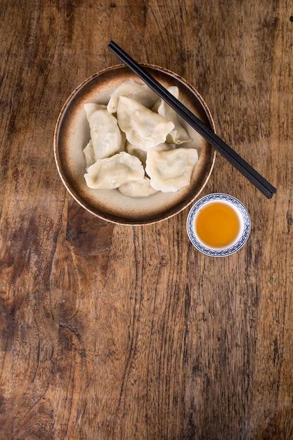 Bolinhos recheados com carne, ravioli, bolinhos. bolinhos de massa com recheio. bolinho de massa ingredientes, cozinha chinesa Foto Premium