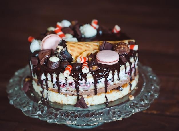 Bolo caseiro decorado com doces, macaroonnd waffles. Foto Premium