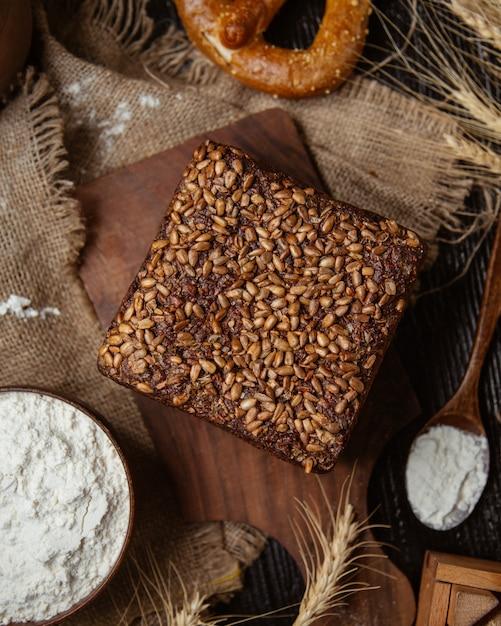 Bolo coberto com sementes de girassol Foto gratuita