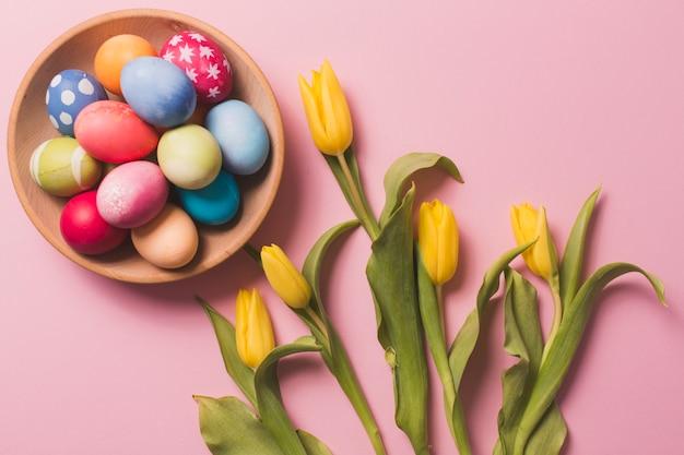Bolo com ovos perto de tulipas Foto gratuita