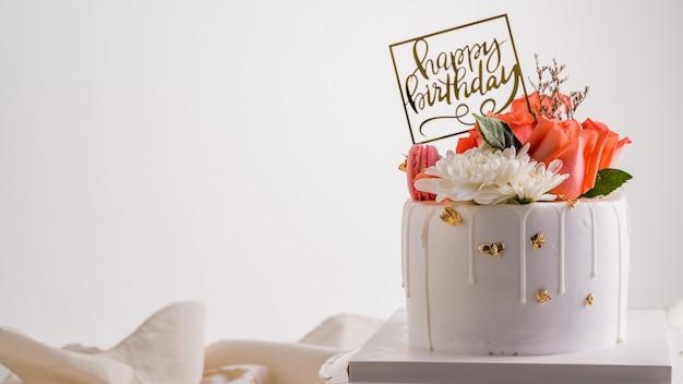 Bolo de aniversário branco com flor rosa rosa. Foto Premium