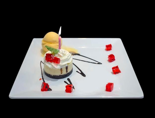 Bolo de aniversário com decoração de velas coloridas Foto Premium