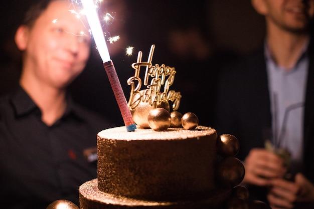 Bolo de aniversário com velas, luzes brilhantes bokeh. Foto Premium