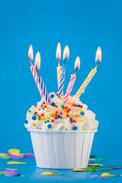 Bolo de aniversário com velas Foto gratuita