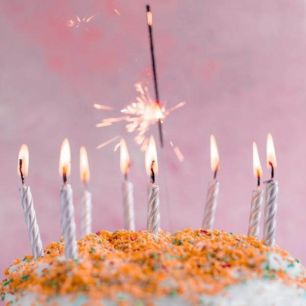 Bolo de aniversário de cor pastel Foto gratuita