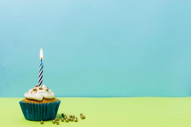 Bolo de aniversário delicioso com espaço de cópia Foto gratuita
