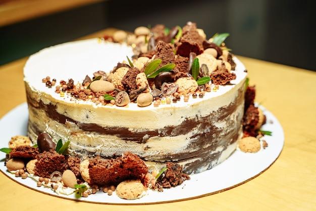 Bolo de aniversário delicioso com nozes e chocolate. Foto Premium