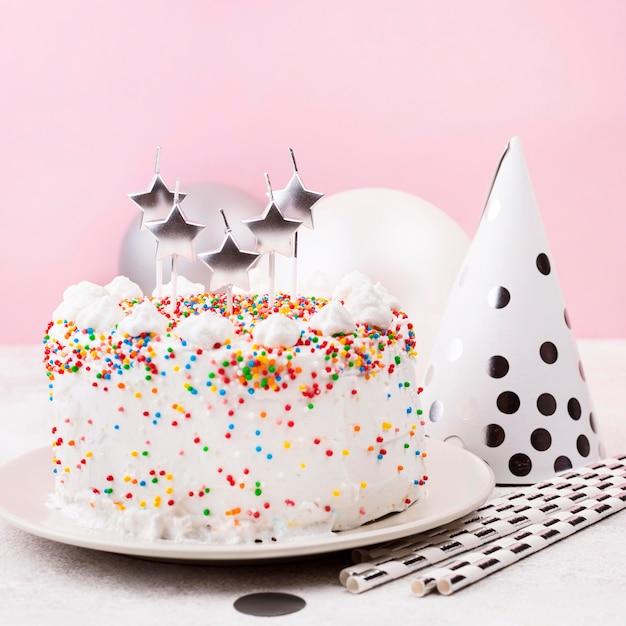 Bolo de aniversário delicioso com velas Foto gratuita