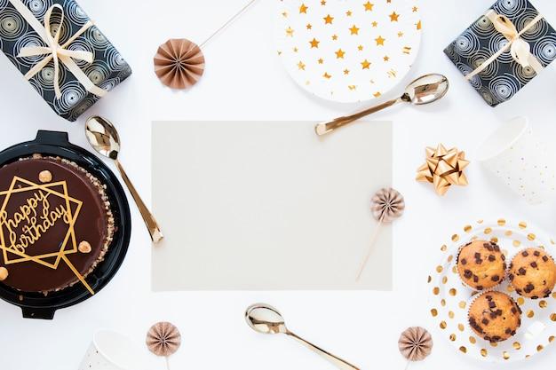 Bolo de aniversário e biscoitos com convite de aniversário vazio Foto gratuita