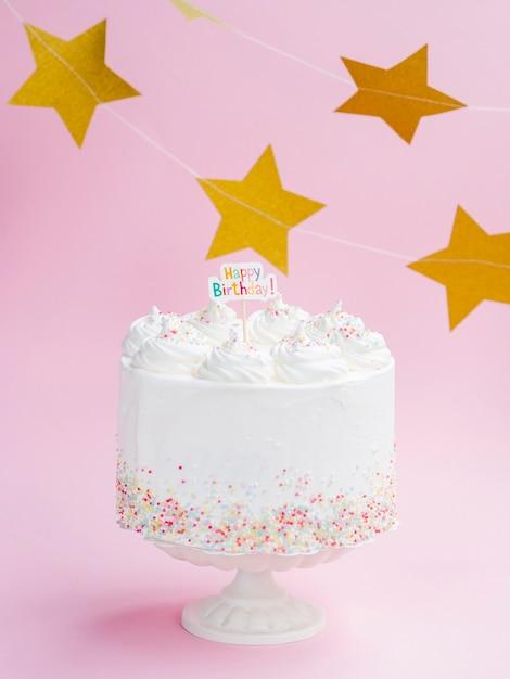 Bolo de aniversário gostoso com estrelas douradas Foto gratuita