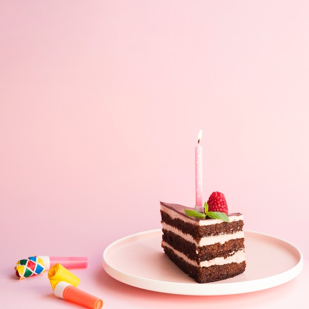 Bolo de aniversário gostoso no fundo rosa Foto gratuita