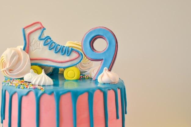 Bolo de aniversário pink drip para aniversário de 9 anos Foto Premium