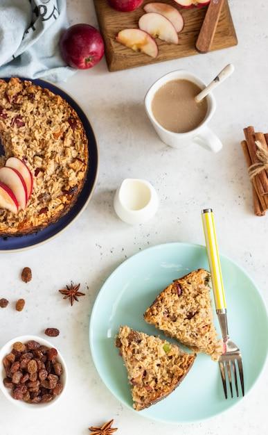 Bolo de aveia ou aveia assada com maçãs e passas. café da manhã dietético de outono. Foto Premium