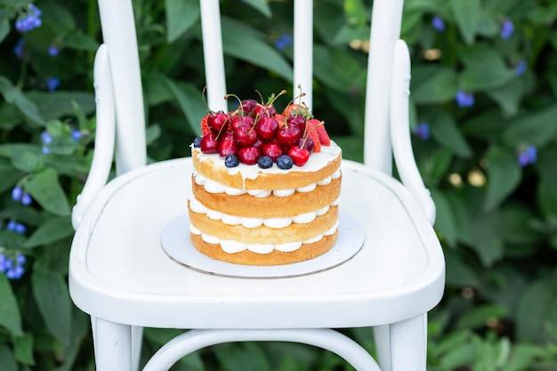 Bolo de biscoito caseiro de verão com frutas frescas e creme no jardim Foto Premium