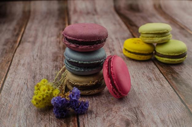Bolo de biscoito francês. macaroons em caixa com flores secas Foto Premium