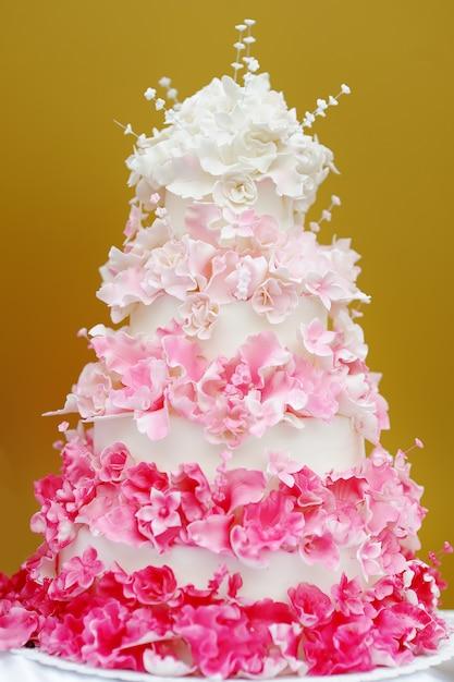 Bolo de casamento branco e rosa delicioso Foto Premium