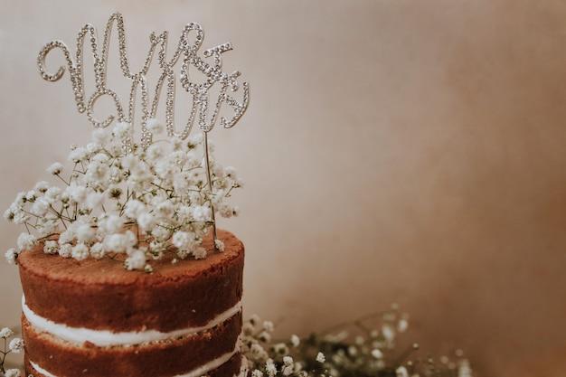Bolo de casamento com decoração paniculata e mr e mrs topper Foto gratuita