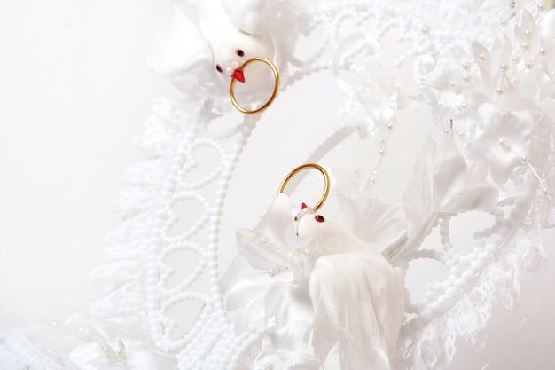 Bolo de casamento com flores de cor Foto gratuita