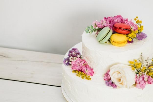 Bolo de casamento com flores Foto gratuita