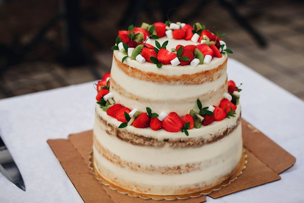 Bolo de casamento com morangos frescos Foto Premium